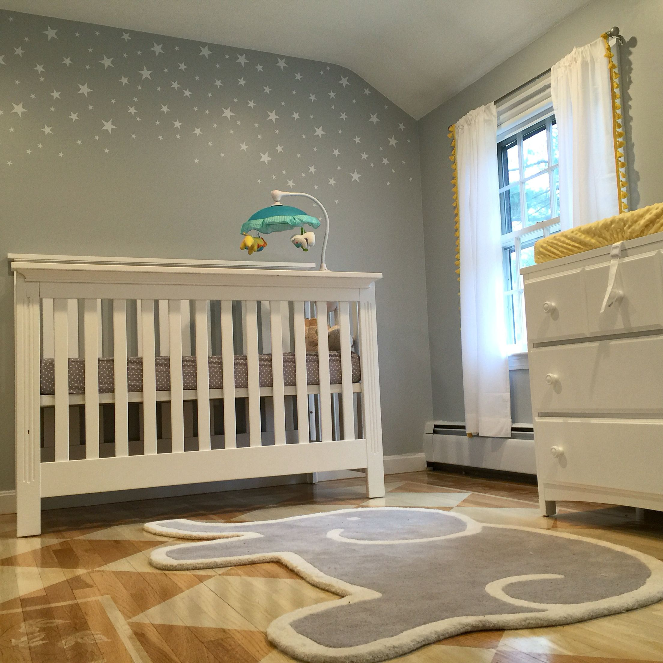 grey and yellow unisex nursery with elephants nursery pinterest chambres b b b b et unisexe. Black Bedroom Furniture Sets. Home Design Ideas