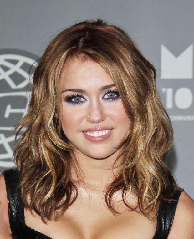 Miley Cyrus Auburn Hair Google Search Miley Cyrus Hair Medium Hair Styles Curly Hair Styles