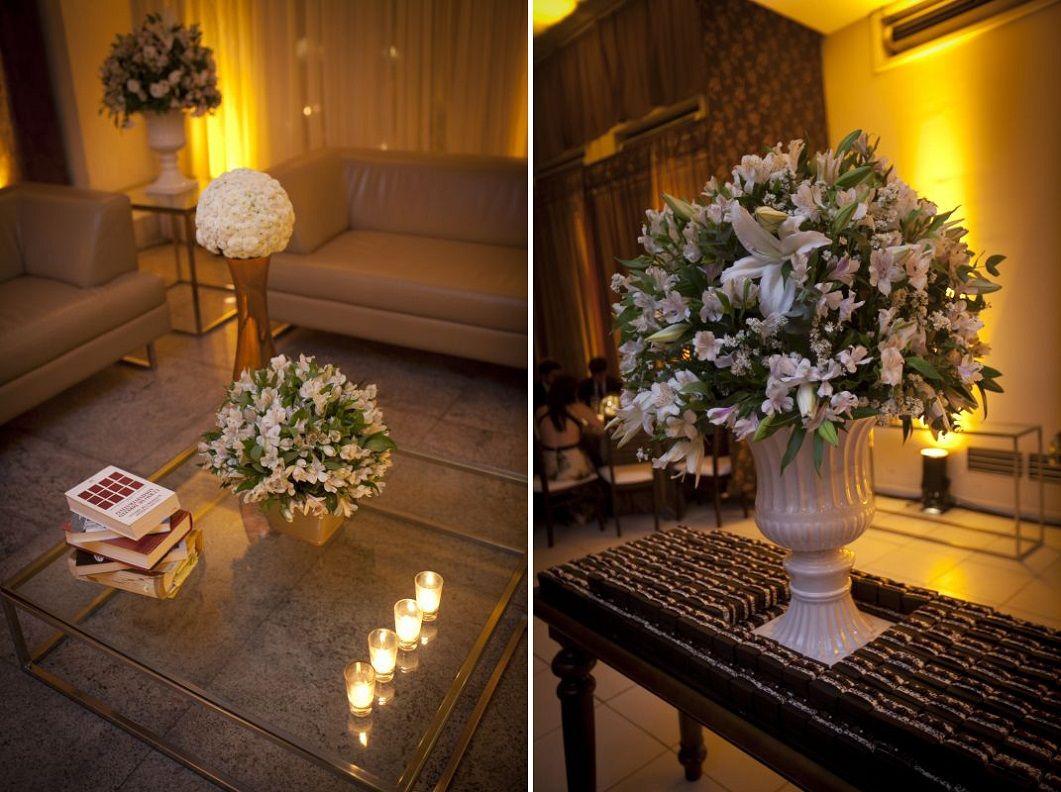 mesa de vidro com flores e 4 velinhas