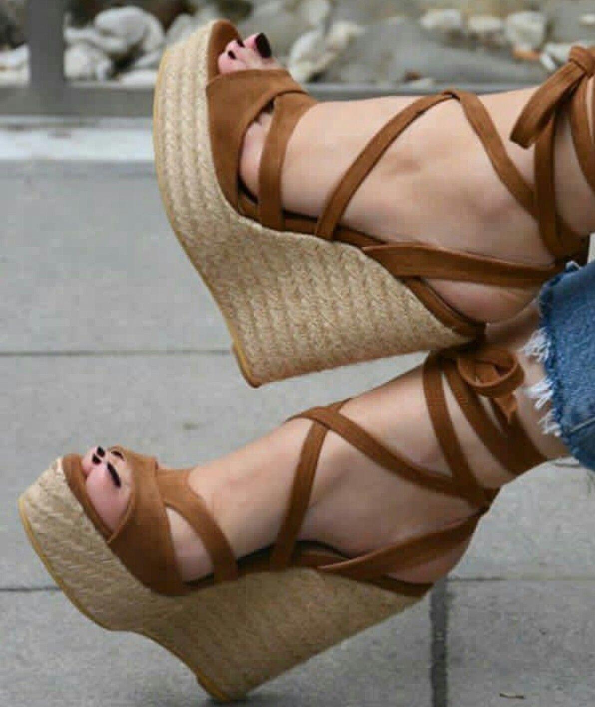 d923900b1 Plataformas de corcho con tacón de 15cm. #sandalsheelswedge Sapatos Altos,  Castanho, Calças