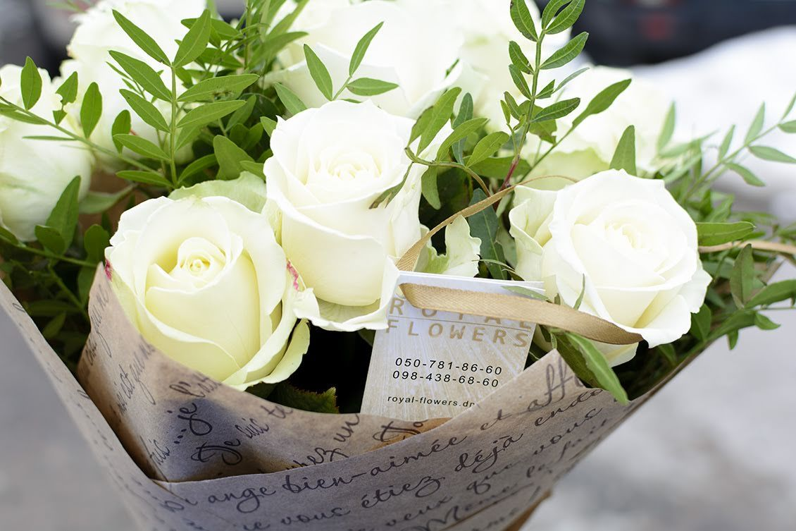Красивый букет цветов из белых роз