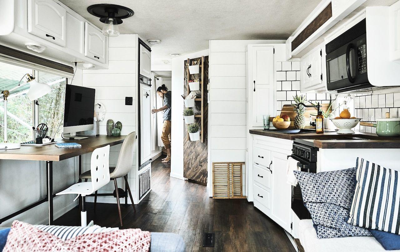 Einde Witte Keuken : Witte keuken en werkruimte met karlton aan het einde van de gang