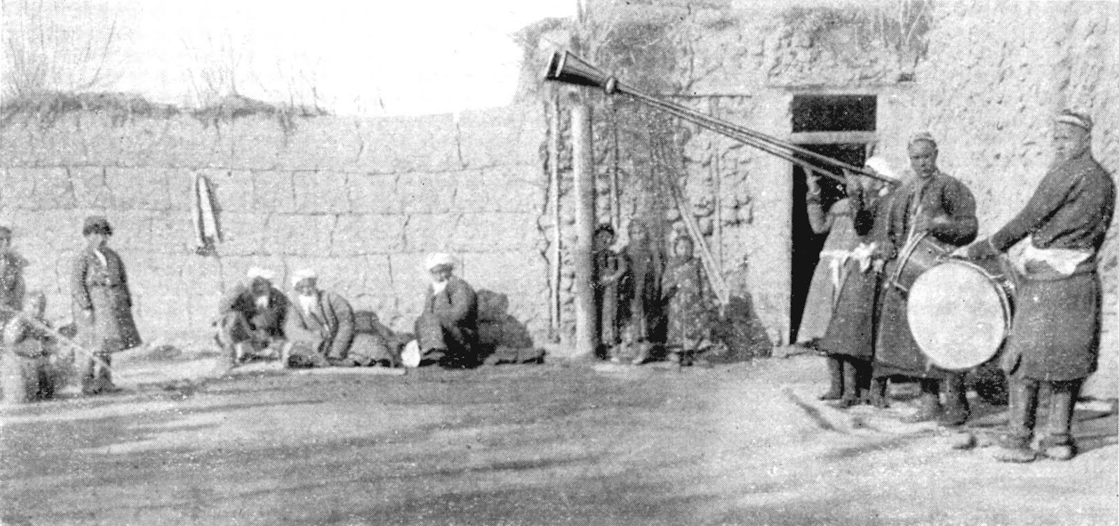 Musicians playing the karnay (long trumpets) in a Kyrgyz wedding celebrations. Early twentieth century photo (Le Vie d'Italia).
