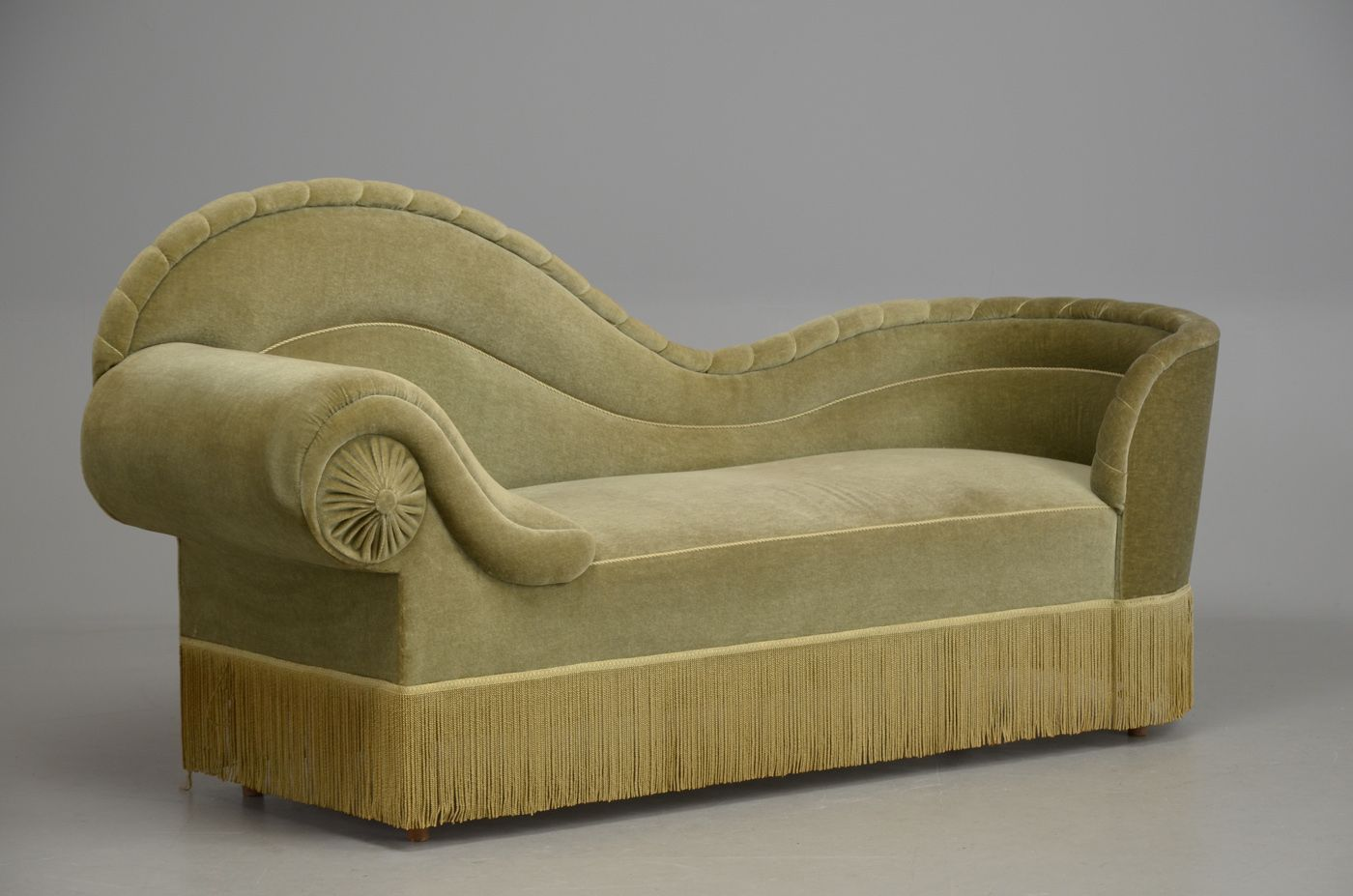 Chaise lounge upholstered in green velvet. Not exactly digging the ...