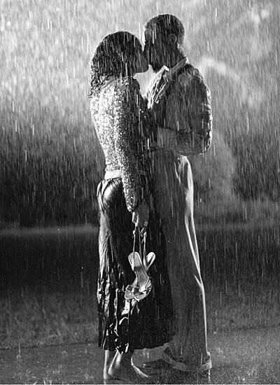 Couple Kissing Raining Umbrella Couple In Rain Kissing In The