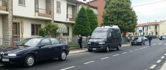 Il ritrovamento del cadavere alle 9, in via Pilastro 71. Si chiamava Liliana Armellini, 73 anni. Carabinieri sul posto. Sabato sera davanti alla stessa casa erano state trovate due auto incendiate