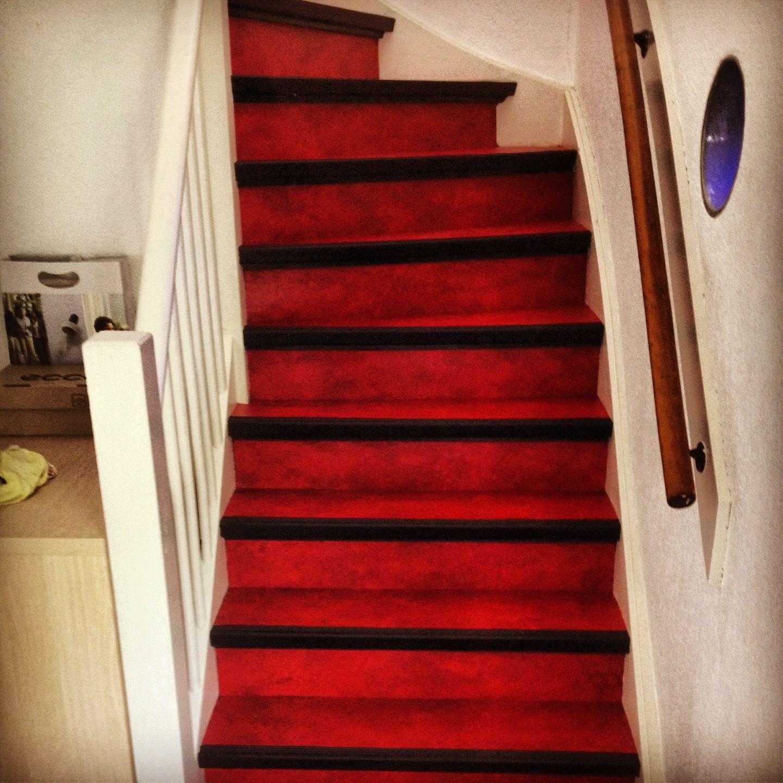 rode marmoleum waarmee een trap bekleed is on the road