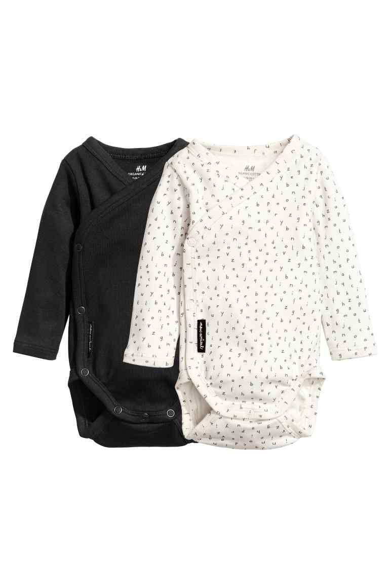 Body incrociato davanti in morbido jersey di cotone biologico. Maniche  lunghe e bottoni automatici su un lato e sotto. cc12fe338b93