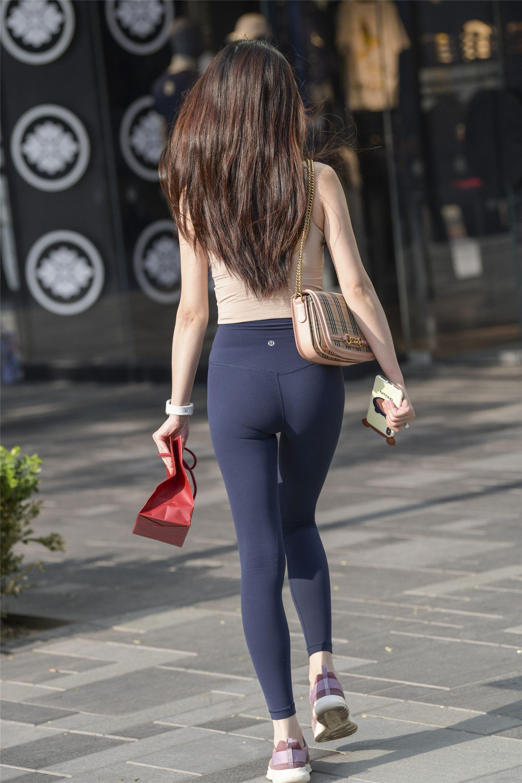 穿健美裤的丹凤眼美女性感迷人-魔镜原创摄影-魔镜街拍_魔镜原创_原创街拍_高清街拍_街拍美女_搭讪美女_紧身美女_遇到最好的街拍摄影作品!