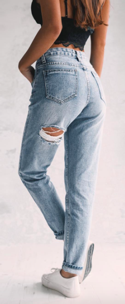 These Ripped Mom Jeans Are Definitely Cute Modestil Mode Outfits Bekleidung