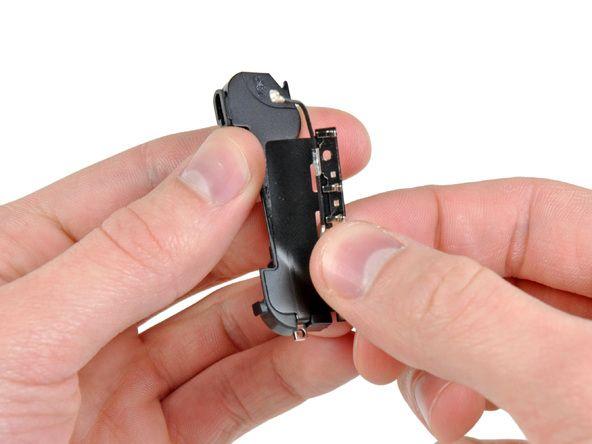 3. Fortsæt med at fjerne GSM-antennen fra højttalerkabinettet, og vær forsigtig så du ikke trækker guldspændet, som er fastgjort til en af kanterne af.