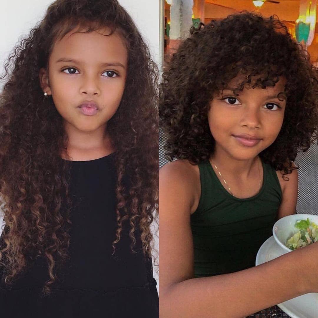 H Eikona Isws Periexei 2 Atoma Kontino Plano Kids Curly Hairstyles Curly Hair Styles Kids Hairstyles