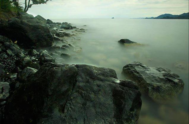 La Isla de Narsa se caracteriza por su orilla rocosa, la cual alberga una densa niebla que al unirse con las cristalinas aguas de Capurganá forman un espectáculo visual.