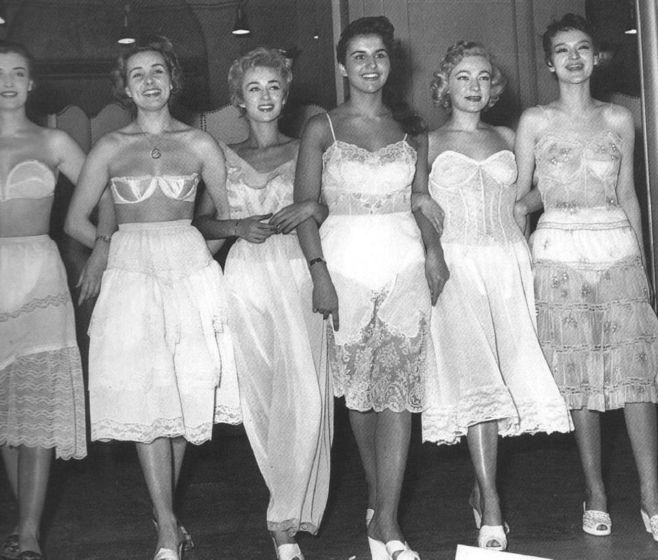 Tras las Segunda Guerra Mundial, el nylon volvió a ser empleado en la fabricación de medias, incluso su uso se extendió hacia la ropa interior...