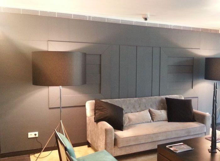 Wohnzimmer-Ensemble in einer Hotelsuite in den Farben grau und