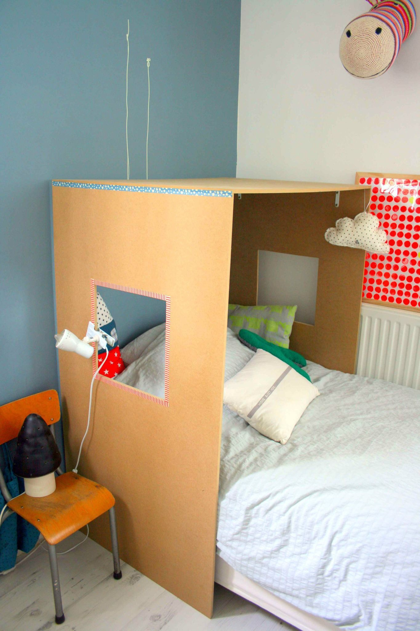 diy lit cabane kartonghus till barnrummet pinterest. Black Bedroom Furniture Sets. Home Design Ideas