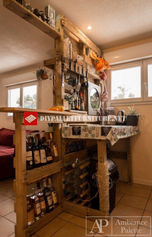 Diese Küche Wurde Aus Dem Wohnzimmer Mit Einem Möbel Mit Paletten, Die  Möbel Enthalten Eine Amerikanische Bar, Regale, Ein Tisch, Und Sogar Auf  Der Seite ...