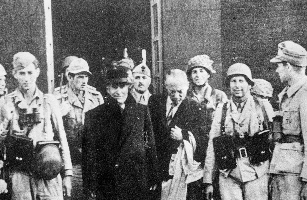 70 anos do fim da Segunda Guerra Mundial Legenda: O ditador italiano Benito Mussolini na saída da prisão após ser libertado pelo exército nazista (Keystone/Getty Images)