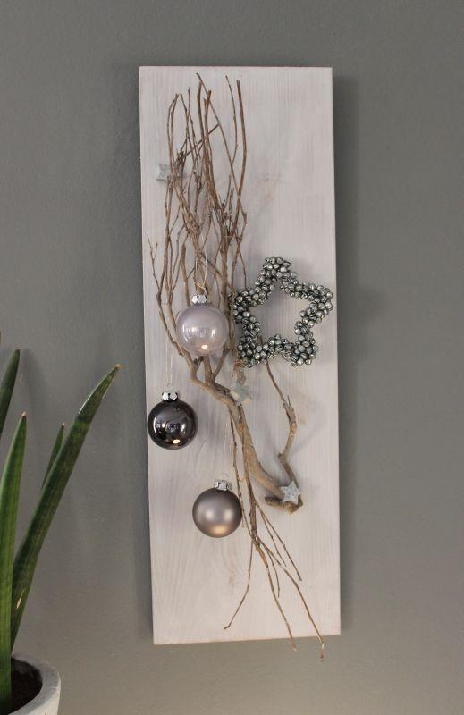AW79 - Weihnachtliche Wanddeko! Holzbrett, weiß gebeizt, dekoriert mit einem Rebenast, kleine Holzsterne, Kugeln und einem Miniglockenstern! Preis 34,90€ Größe 20x60 #weihnachtsdekoglas