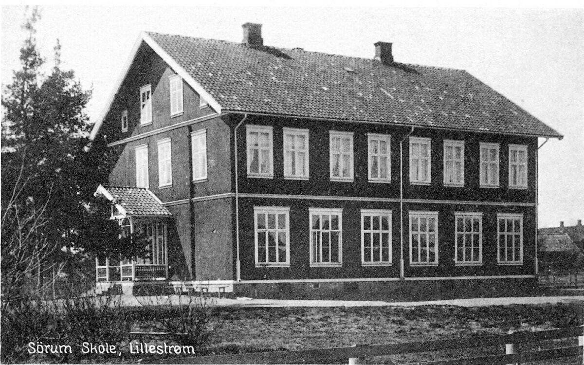 Akershus fylke Skedsmo kommune Lillestrøm Sørum skolen sto ferdig i 1902. Det første året hadde skolen 122 elever og to lærere. I 1913 var tallet kommet opp i 286 elever. I 1915 var skole blitt for liten, og da Bruksskolen ble solgt til Lillestrøm kommune og gjort kommunal skole i 1918, ble behovet for ny skole forsterket. I 1922 sto Volla skole ferdig. Elevene fra 4. til 7. klasse på Sørum skole ble flyttet over til Volla skole. Sørum skole ble erstattet av Vigernes skole i 1957