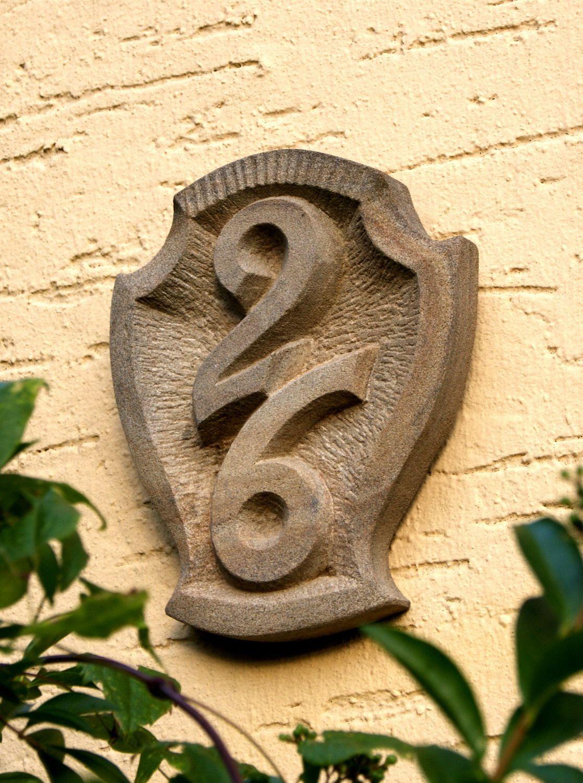 hausnummernschild aus naturstein f r ihr zuhause naturstein hausnummer haus naturstein. Black Bedroom Furniture Sets. Home Design Ideas