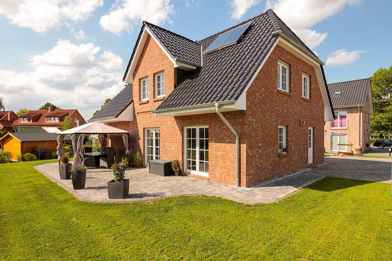 Modernes Landhaus mit Klinker Fassade & Giebel - Massivhaus bauen ...