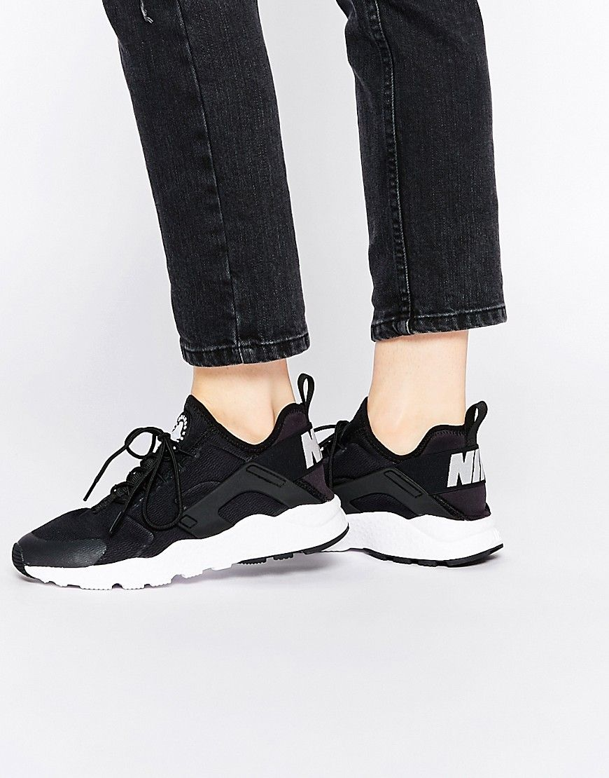 competitive price fd7e2 49468 Zapatillas de deporte en blanco y negro Air Huarache Ultra de Nike.  Zapatillas de deporte de Nike, Exterior elástico ligero, Cierre con  cordones, ...