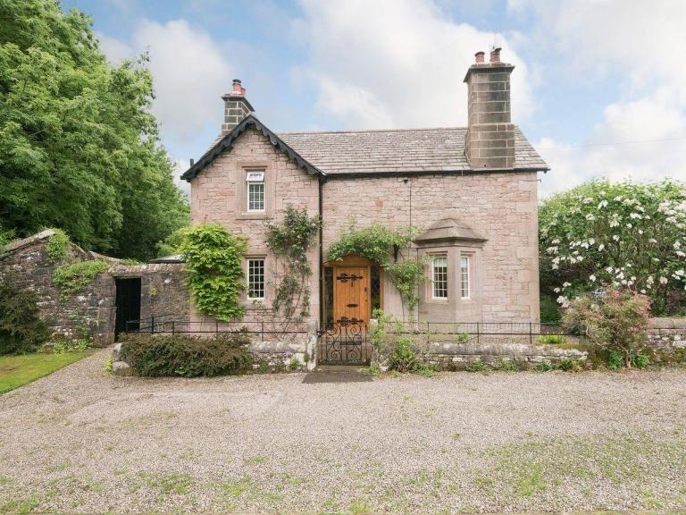 Parola Reale English Cottage Interiors Scene Therapy In 2020 English Cottage English Cottage Interiors Cottage Interiors