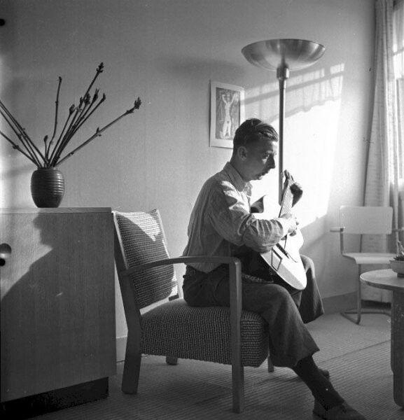 Charles Breijer zelf met gitaar in woonkamer, Amsterdam (1945/1946)