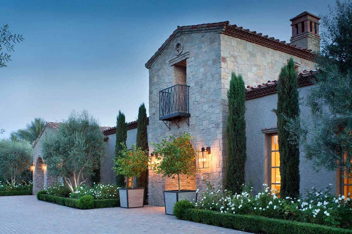 Northern Italian Style Villa Surrounded By An Inviting Desert Oasis Mediterranean Homes Italian Style Home Villa Style