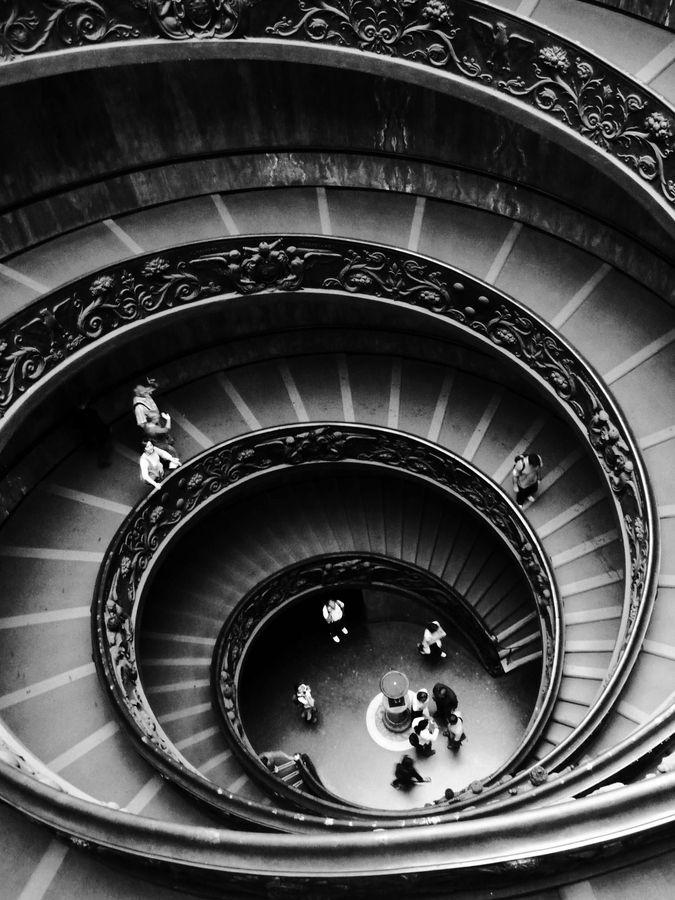 Musei Vaticani: Descent - de centrale trappen in het vaticaans museum zijn heel mooi, ze lopen niet fijn, maar zijn wel precies, het lijkt van boven op een draaikolk, en de versieringen aan de leuningen op schuim in de golven. Echt heel bijzonder!