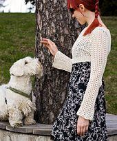 Hihattomien mekkojen ystävä kaipaa Suomen kesässä usein pientä lämmikettä. Tämä lyhyt pitsineule on suunniteltu juuri niitä päiviä varten: pitkät hihat ja tiheämmin neulottu selkä lämmittävät sopivasti, mutta yleisilmeeltään pusero on kesäisen kevyt.