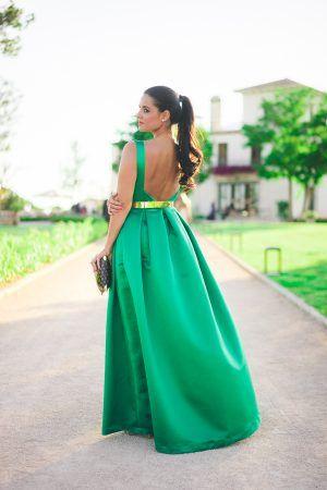 77b56fdeb5468 Look invitada boda de tarde noche con vestido largo verde esmeralda Jorge  de la Rosa green emerald wedding dress cinturon de flores floral belt  Crimenes de ...