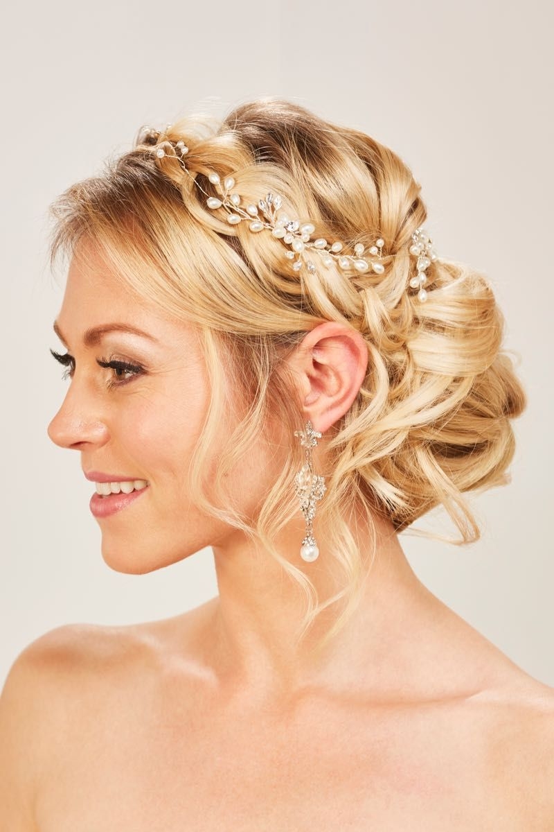 Zauberhafte Brautfrisuren mit Haarschmuck