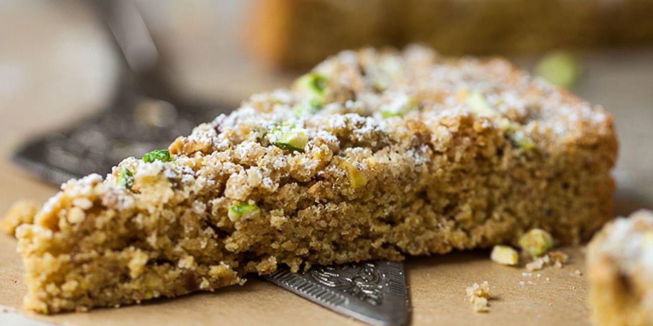 La torta al pistacchio è un dolce molto goloso e morbido che una volta preparato andrà letteralmente a ruba. Può essere servita sia al naturale che farcita, e in entrambi i casi sarà senz'altro molto apprezzata.