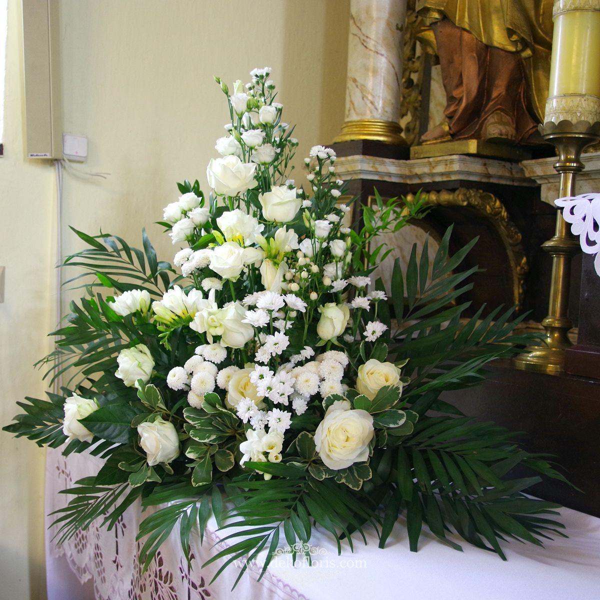 Biala Dekoracja Kosciola Bialy Dywan I Kwiaty Slub Marcinkowice Altar Arrangement Table Decorations Decor