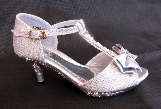 80cc45e7086 ... Επίσημα Παπούτσια για Κορίτσια του χρήστη E-shop memoirs. Παιδικά  Σανδάλια Με Τακούνια σε ΑΣΗΜΙ Με Κρυσταλλα Για Παρανυφάκι, Γάμο, Πάρτι -  http