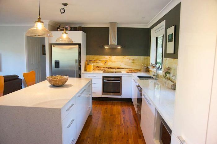Wohnküche mit weißer Ausstattung, grau gestrichene Wände - fliesen oder laminat in der küche