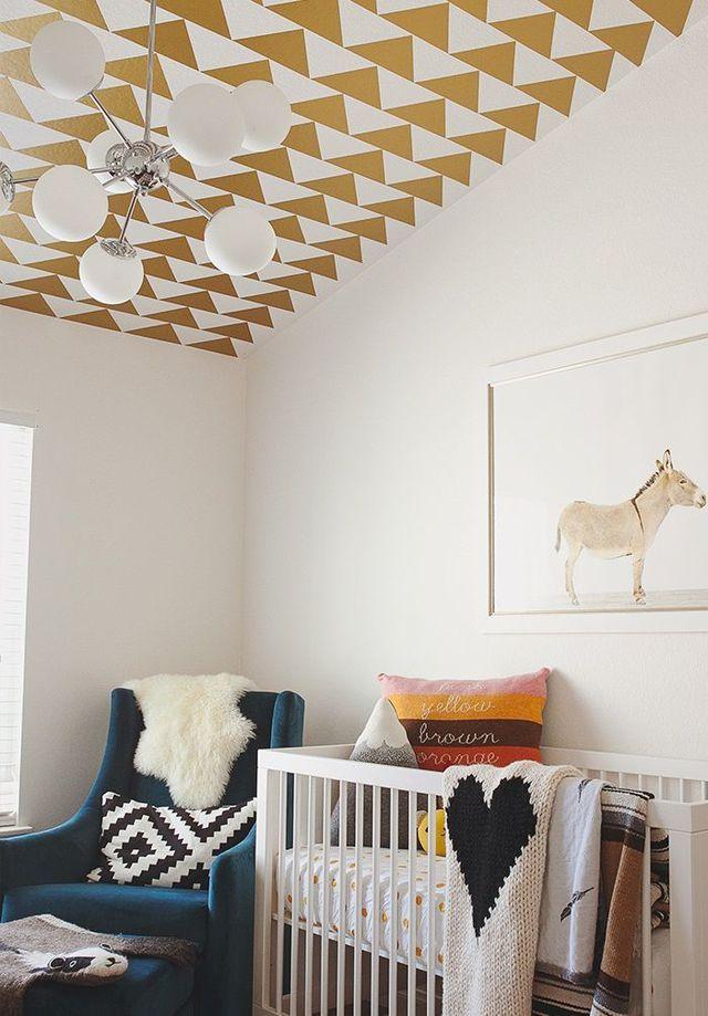 Chambre à la déco pour enfant plafond aux motifs dorés