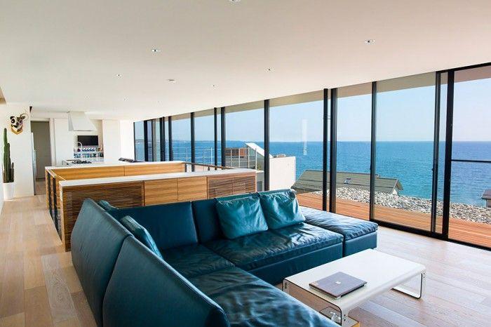 窓一面の水平線海とアートと暮らすギャラリーのような家 自宅で