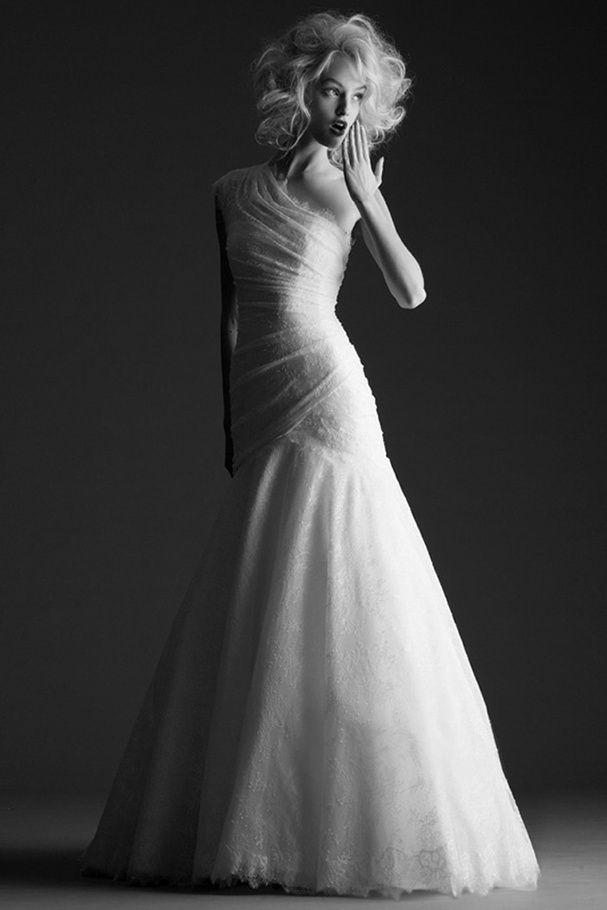 Robe de mariée drapée de dentelle, Cymbeline, prix sur demande. + d'inspirations sur http://www.veuxtumebloguer.fr/robe-de-mariage/