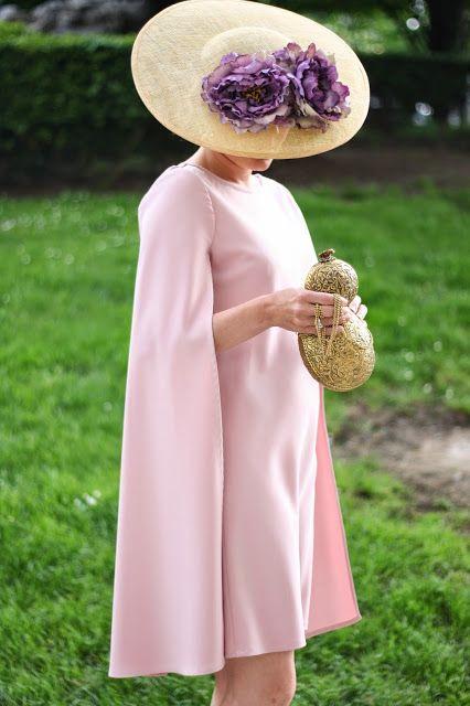 invitada a boda: pamela con flores y vestido con capa. | estilo