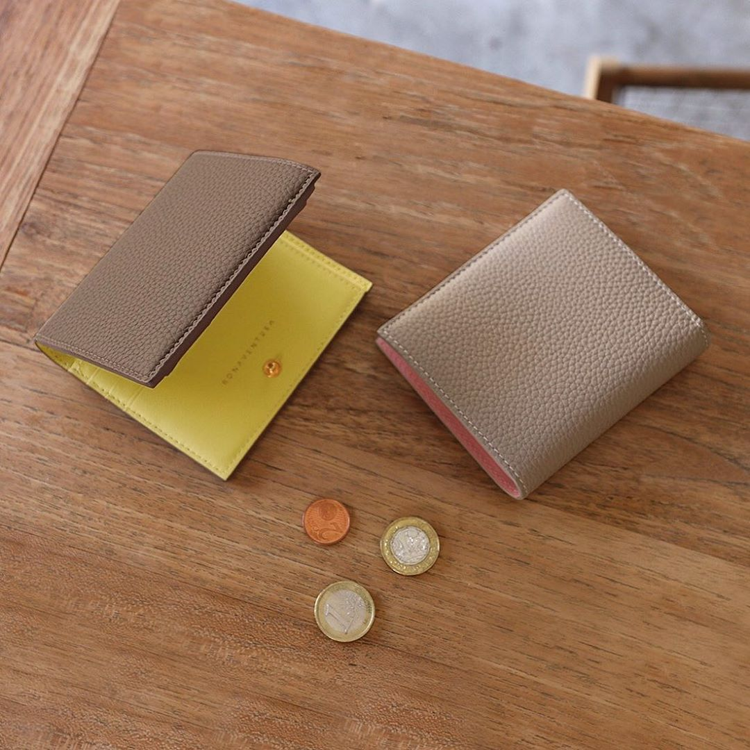 The Shrunken Bifold Wallet Is A Functional Wallet With Outstanding Storage Capacity The Coin Purse Is Designed To Make It Easier To Take O 2020 小銭入れ カラーバリエーション お財布
