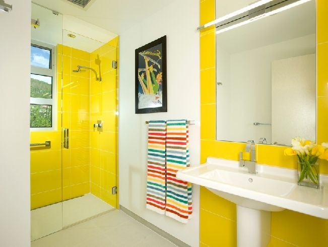 Este color irradia vida y positivismo a la decoración Y es que el amarillo no solo simboliza el sol, también representa alegría y energía. Se pueden usar en todos sus tonos: en las paredes para crear contraste, en una silla, o con cualquier tipo de ornamentación. Mejora cualquier espacio, pues puede dar sensación de amplitud y luminosidad, a la vez que es ideal para casi todos los estilos de decoración, ya que puede combinarse con la mayor parte de los tonos que se utilizan en los…