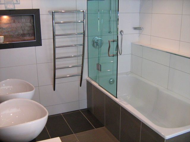 Bathroom 600 X 300 White Wall Tiles With Grey Grout