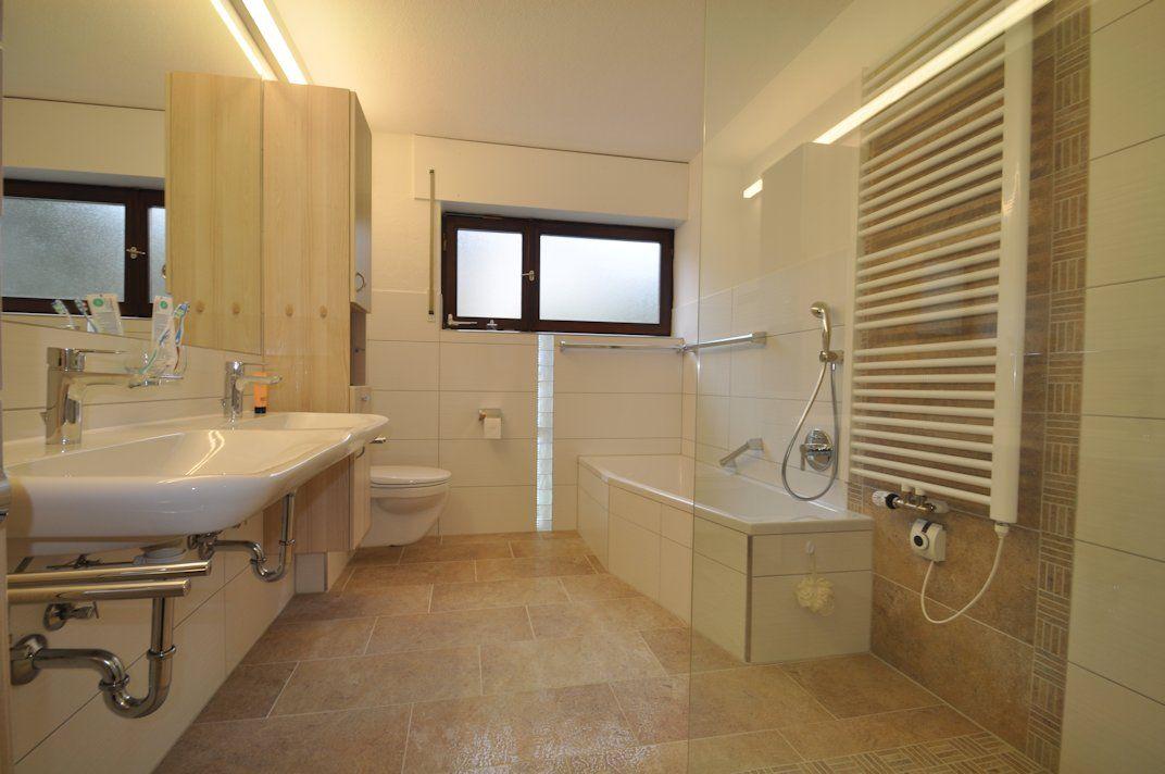 Badezimmer mit Großformat 30 / 90 cm an der wand, begehbarer Dusche ...