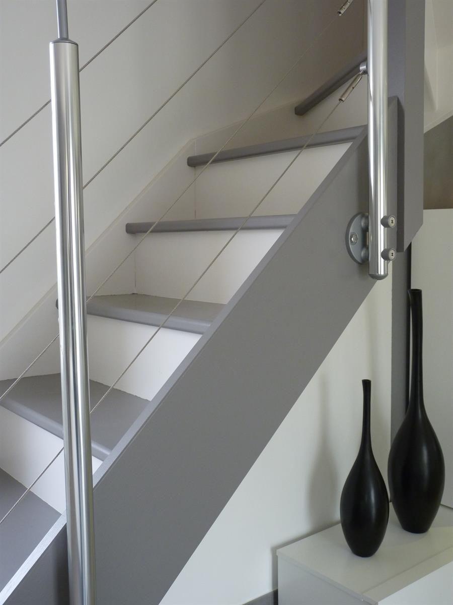 escalier moderne et a rien avec garde corps inox c bles et contremarches blanches salon. Black Bedroom Furniture Sets. Home Design Ideas