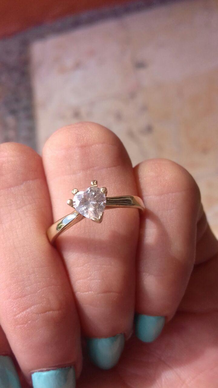 66418f3b9227 Hermoso anillo de compromiso en oro amarillo de 10 kilates