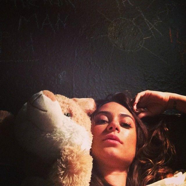 Thaila Ayala posta foto deitada em cama que seria de James Franco