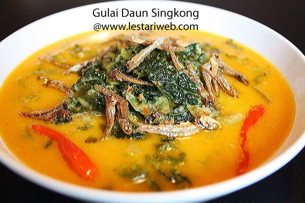 """Dieses Blättercurry kommt aus Minangkabau Land - Provins West Sumatra. In seiner Heimatstadt in West Sumatra, wird dieser Curry mit lokal essbarer straußenfarn oder Maniokblätter gemacht, gennant als """"Gulai Daun Pakis oder Gulai Daun Singkong"""".   Leider sind sie hier nirgendwo im Westen vorhanden. Als Alternative, habe ich mit Grünkohl gekocht. Da frische Grünkohl nicht immer erhältlich ist, dann habe ich letztendlich mit Wirsing experimentiert. Das Ergebnis ist gut gelungen ;-)."""